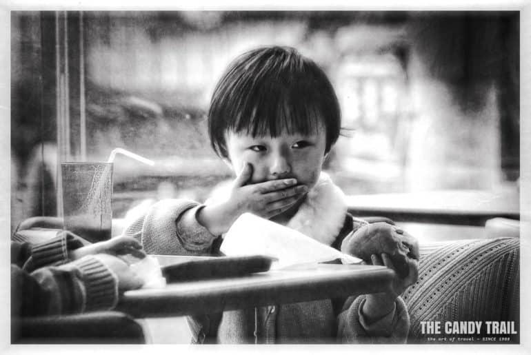 kid-eating-hamburger-korea